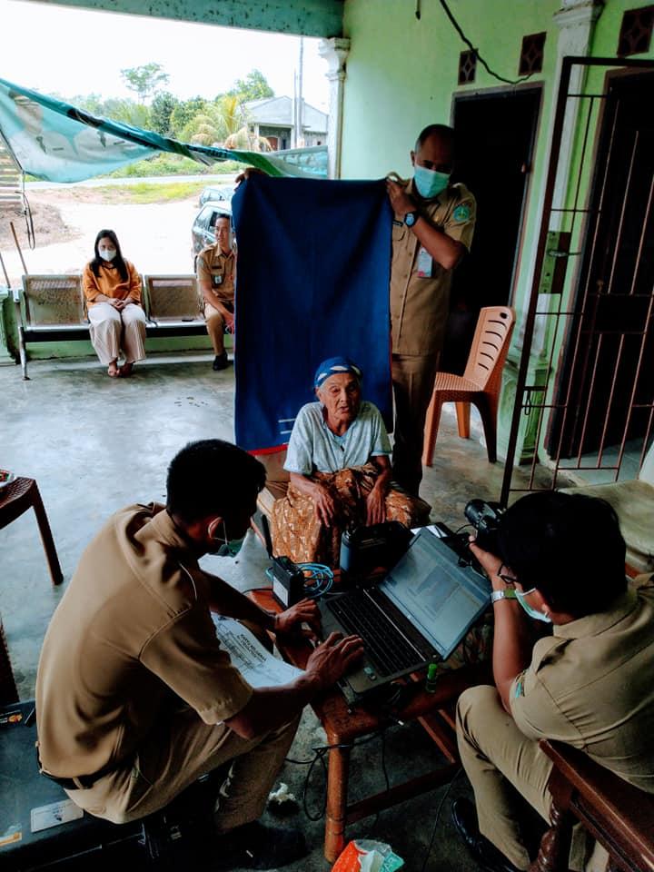 Perekaman e-KTP untuk warga dalam kondisi sakit dan lansia di Desa Tiang Tara kecamatan Bakam. - (Ada 3 foto)
