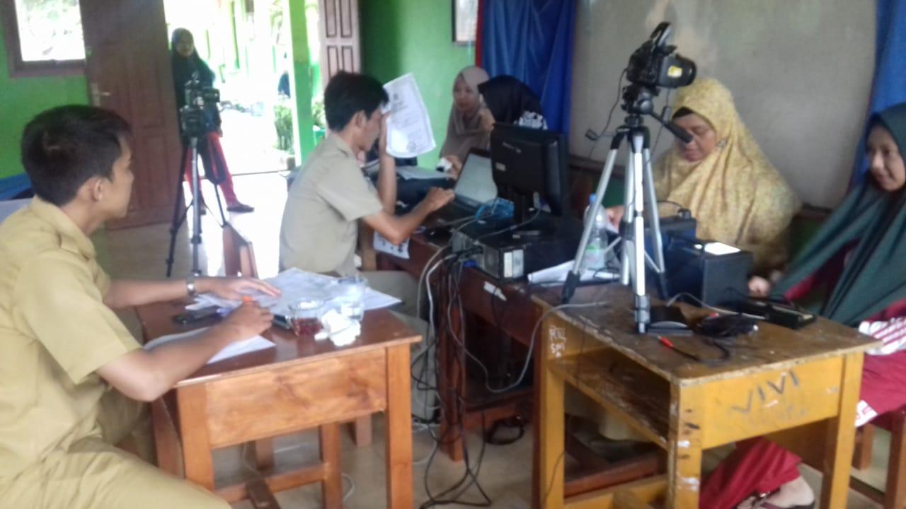 Perekaman E KTP Pesantren Desa Jada Bahrin - (Ada 3 foto)